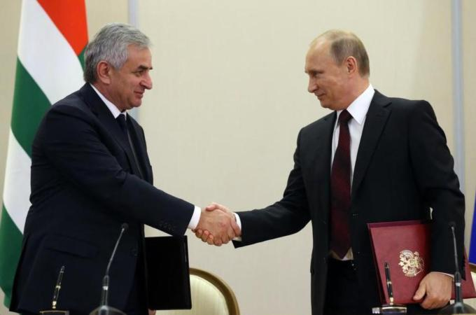 Russia signs deal with Abkhazia, becomes commander of military in that region
