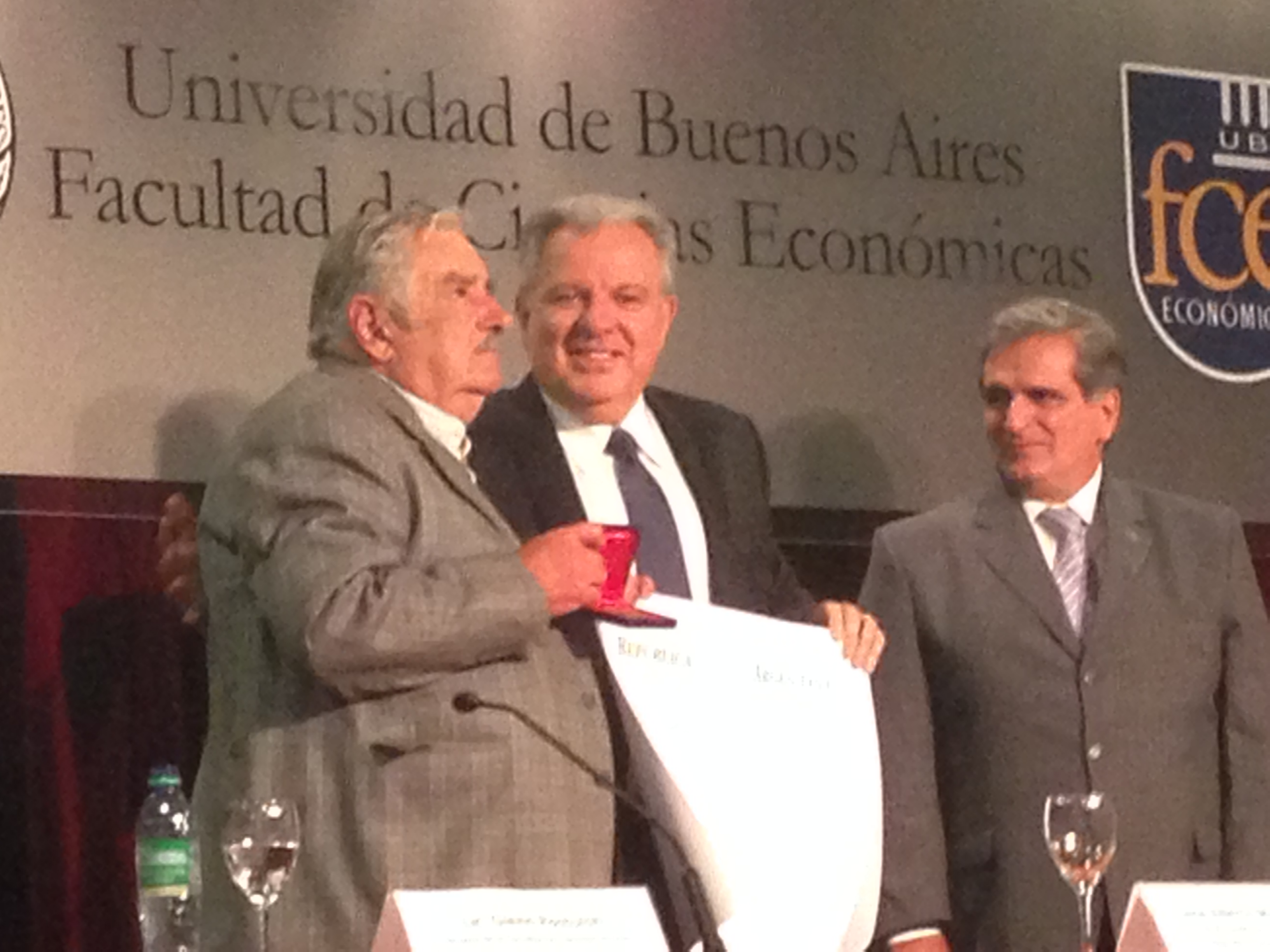 Former Uruguayan president José Mujica recieves award at School of Economics